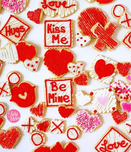 If you've been wanting to try your hand at decorating cookies, Valentines Day is the perfect opportunity, because the shapes and colors are simple.