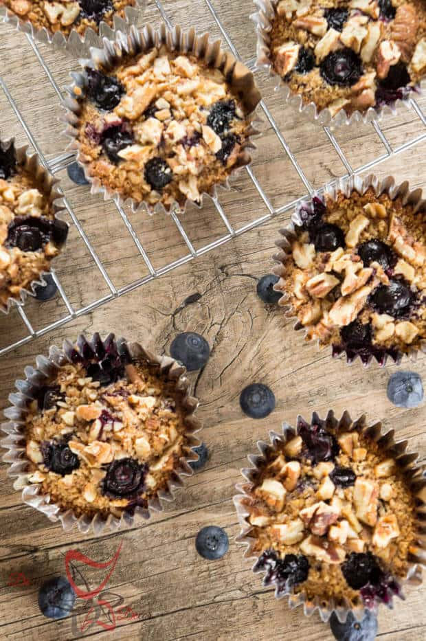 Are you looking for easy but healthy breakfast ideas? These Baked Oatmeal Muffins are perfect for you then! So yummy! | Featured on The Best Blog Recipes