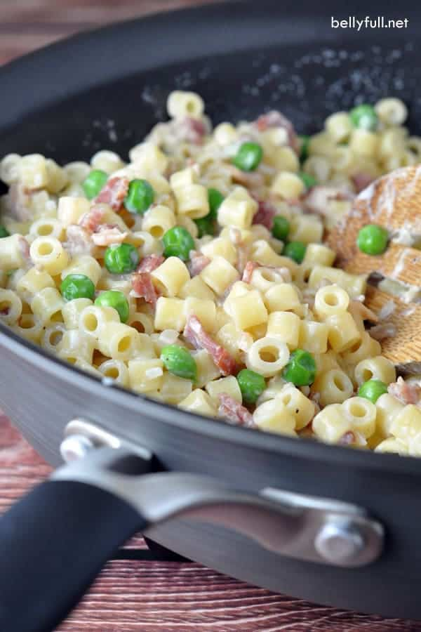 Creamy Pasta with Bacon and Peas – Delicious salty bacon and sweet delicate peas come together in this 20-minute creamy pasta dish!