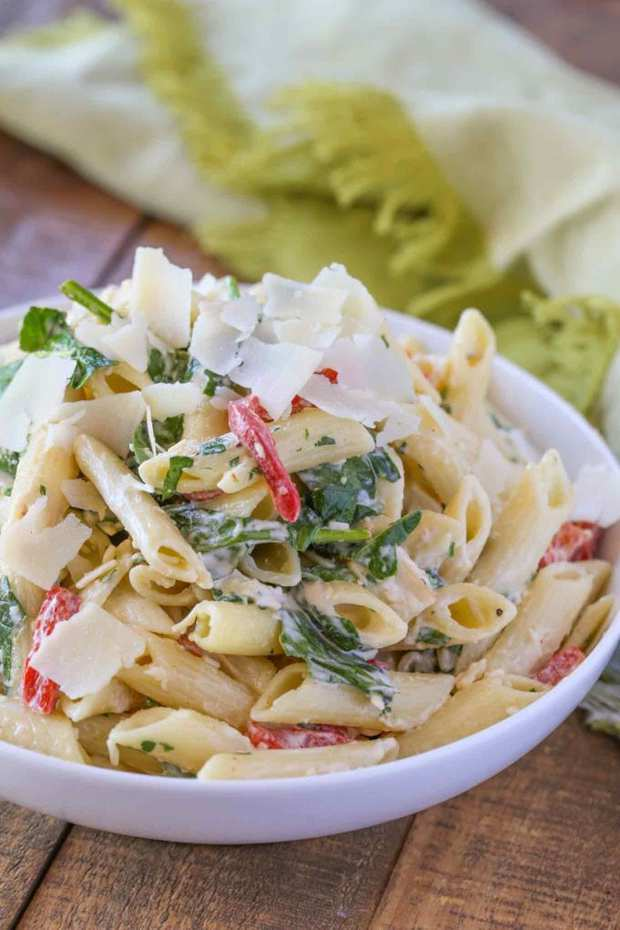 Cheesy Florentine Pasta With An Easy Creamy Parmesan Sauce, Fresh Spinach And Roasted Bell Peppers. The Perfect Weeknight Meal That's Also Great As A Cold Lunch Option!