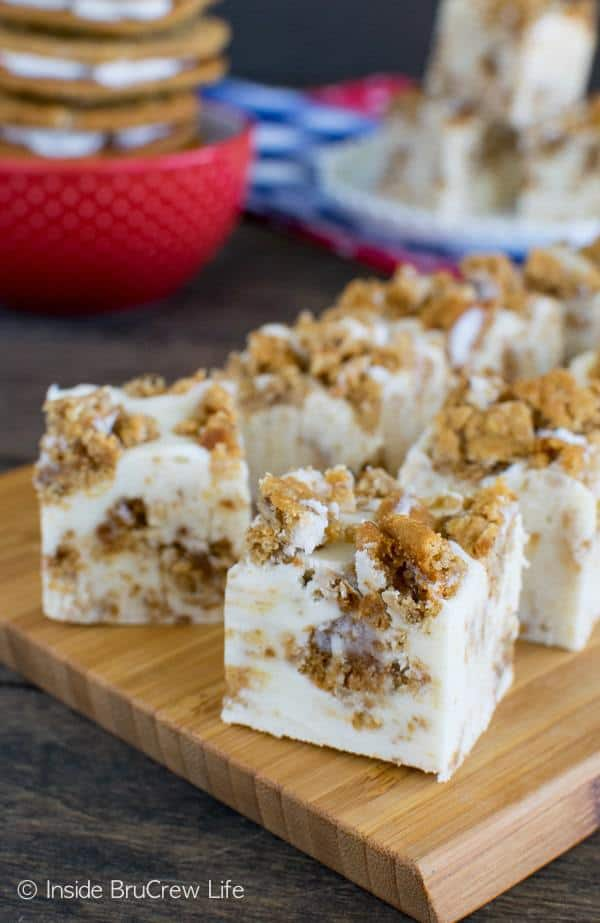 This White Chocolate Oatmeal Creme Pie Fudge is an easy treat that is loaded with soft cookies and marshmallow.  It is a great no bake treat that will disappear in minutes.
