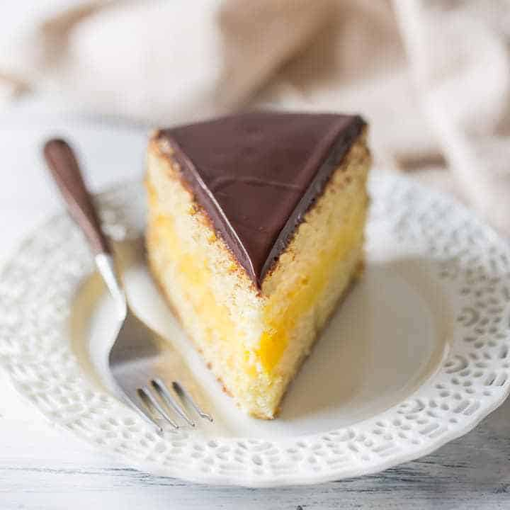A total classic: Boston Cream Pie! Layers of moist vanilla cake, filled with a sweet vanilla custard and topped with dark chocolate glaze. Such a crowd-pleaser; you can't go wrong when you serve this for dessert!