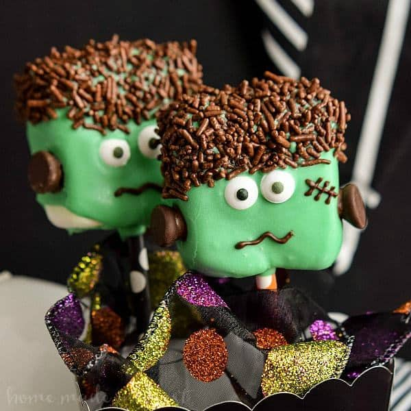 ThesecuteFrankenstein Marshmallow Popsare an easy Halloween dessert recipe the kids will love and they make great Halloween party food!