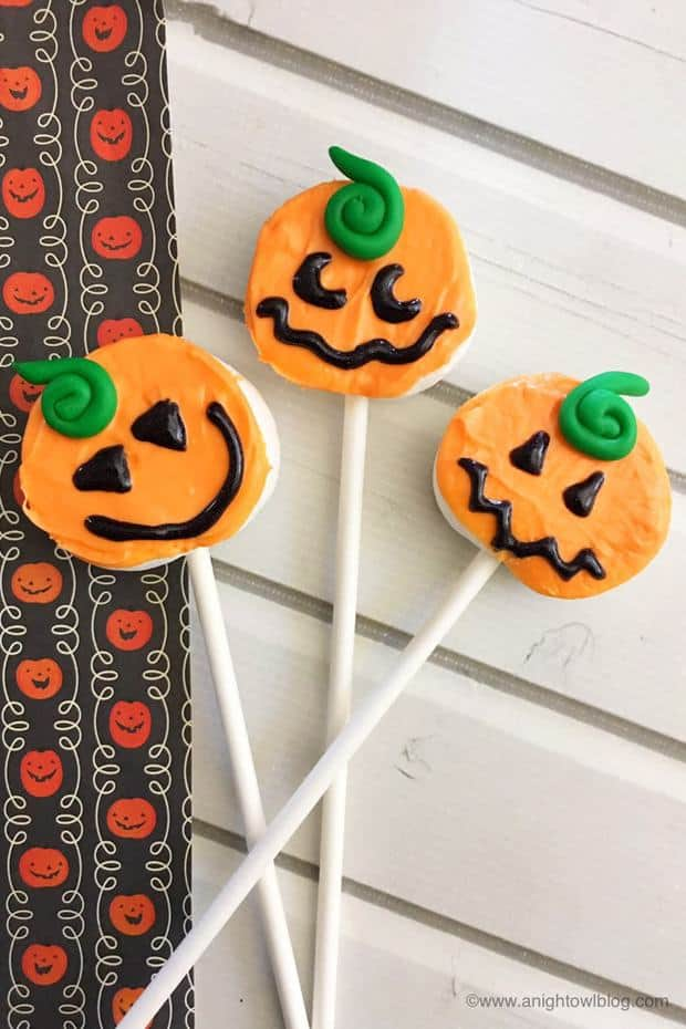 These Easy Pumpkin Marshmallow Pops are the perfect treat for fall, Halloween and more!