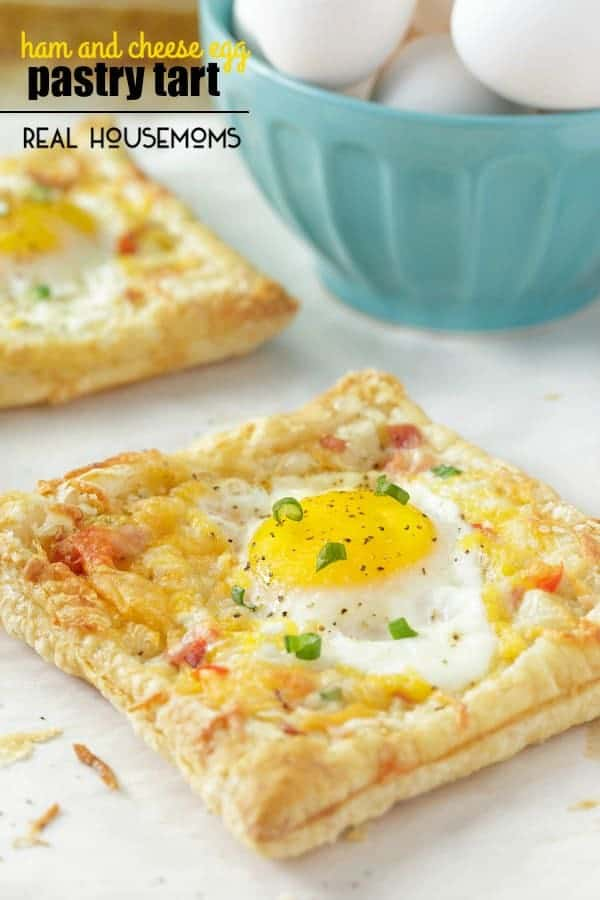 Start out your breakfast with this tasty HAM AND CHEESE EGG PASTRY TART. The flaky puffed pastry is perfect to nestle your other ingredients in!