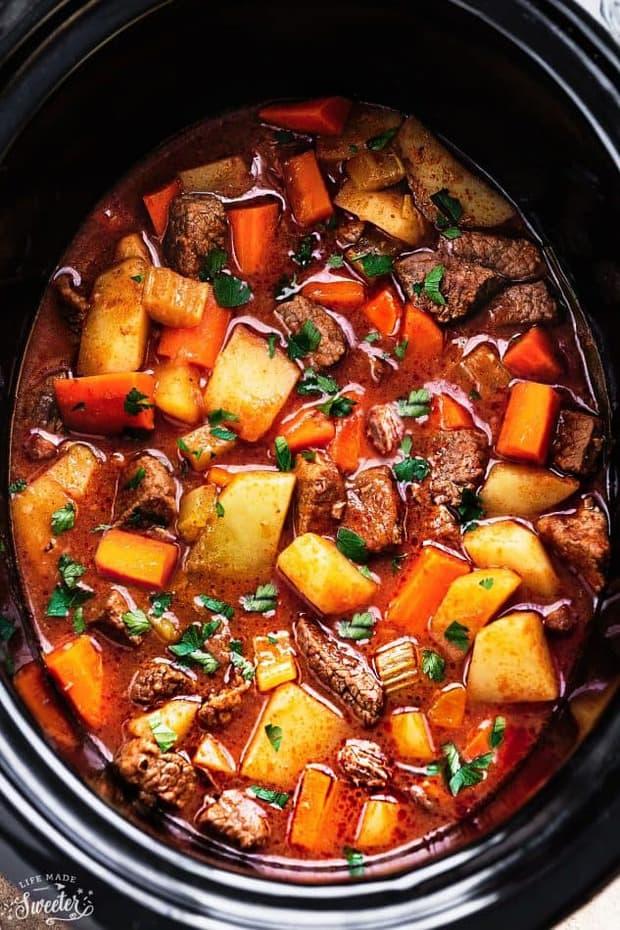 Ragoût de bœuf mijoté (fait maison) de Life Made Sweeter fait le plat réconfortant parfait sur une journée froide. C'est parfait pour les saisons d'automne et d'hiver!