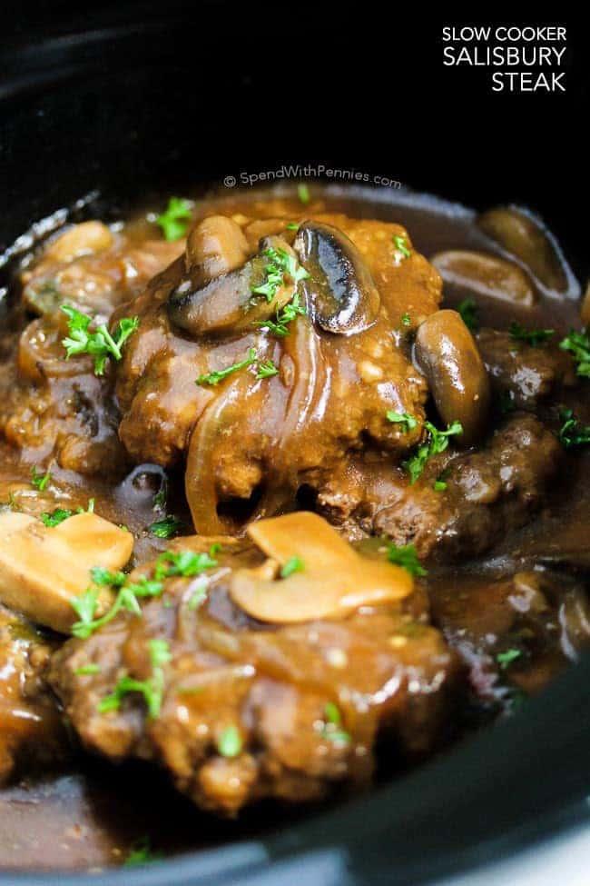 Ce steak à la mijoteuse Salisbury de Spend with Pennies est l'un de nos plats réconfortants préférés. Galettes tendres de boeuf mijotées dans une sauce brune riche avec des champignons et des oignons. C'est parfait servi sur une purée de pommes de terre, du riz ou des pâtes!
