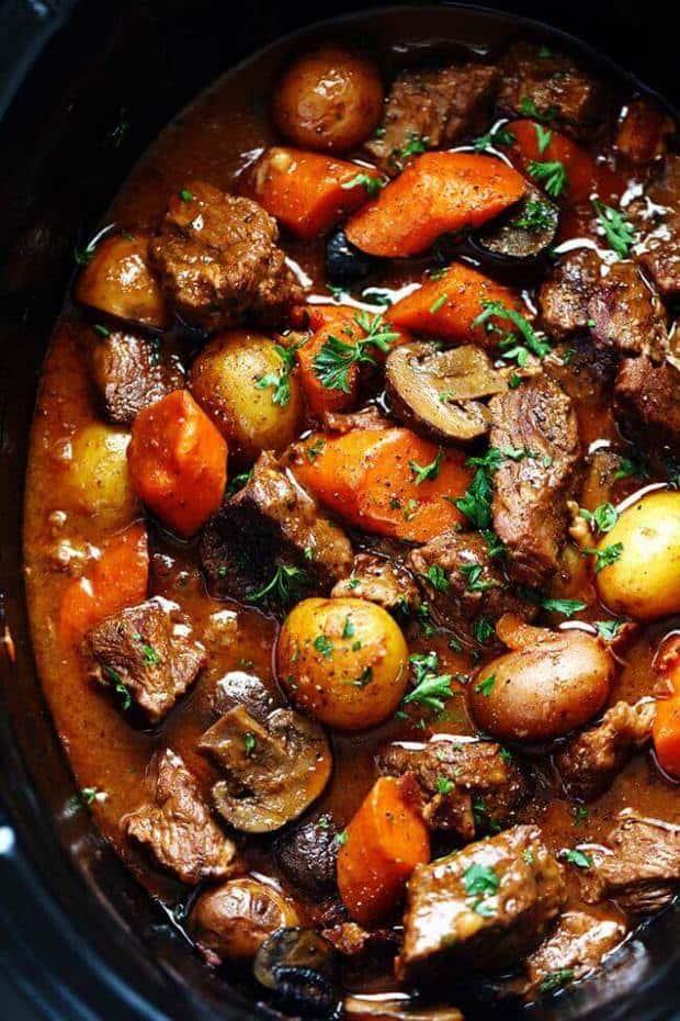 Ce bœuf Bourguignon Mijoteuse de The Critique de Recette a une tendresse fou, fond dans la bouche de bœuf et de copieux légumes cuits lentement à la perfection! C'est sérieusement le meilleur ragoût de bœuf que nous ayons jamais eu!