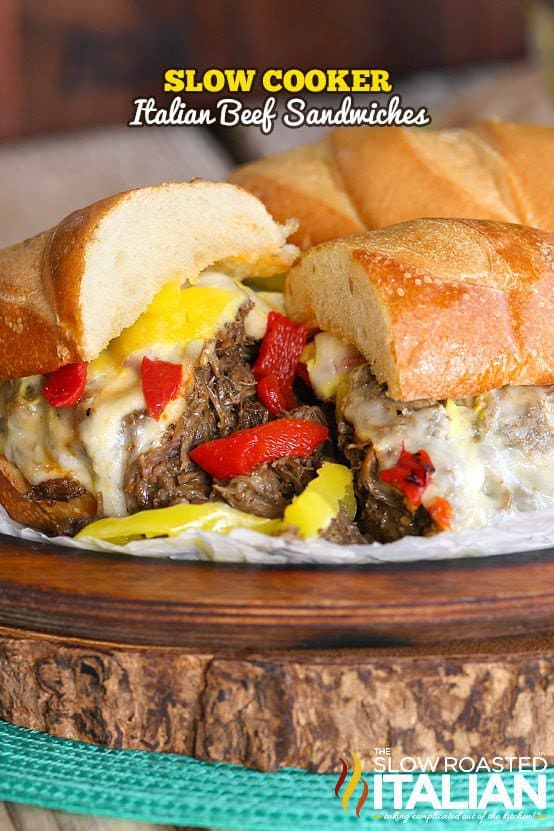 Le bœuf cuit tendre, parfaitement assaisonné, est empilé sur un pain grillé et garni de fromage fondant et de deux sortes de poivrons. Cela ne semble-t-il pas incroyable?
