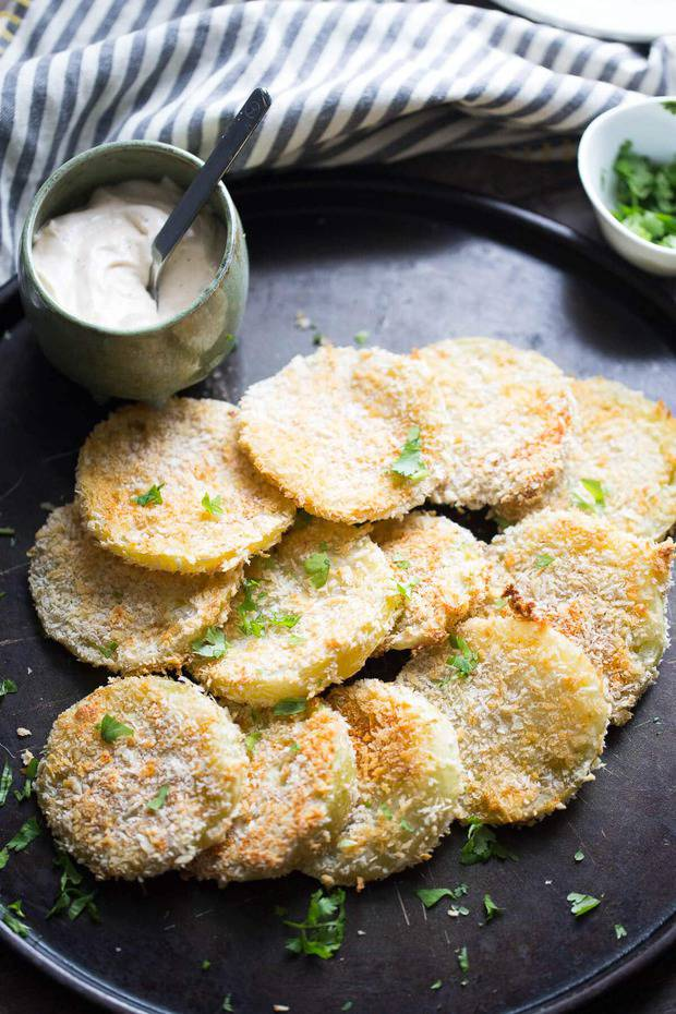 "There's nothing ""fried"" about these oven fried green tomatoes!  Plump tomatoes are dredged in flour, and Japenese breadcrumbs then baked until crisp.  Serve these along with a simple chipotle ranch dipping sauce and you have yourself a little taste of the south!"